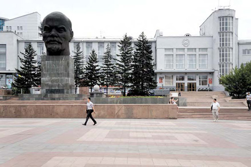 A big head of Lenin on Ulan-Ude central square, reminding a buddha statue photo by Mr Hicks46 - flickr.com/photos/teosaurio/9479515564/