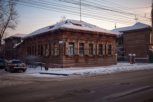 Typical wooden house in Irkutsk in winter - photo by anton petukhov / flickr.com/photos/petukhovanton/12181222103