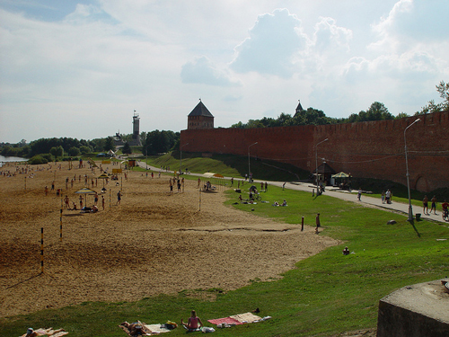 Beach next to Kremlin in Novgorod - photo by Loris Silvio Zecchinato / flickr.com/photos/loriszec/5055517260/