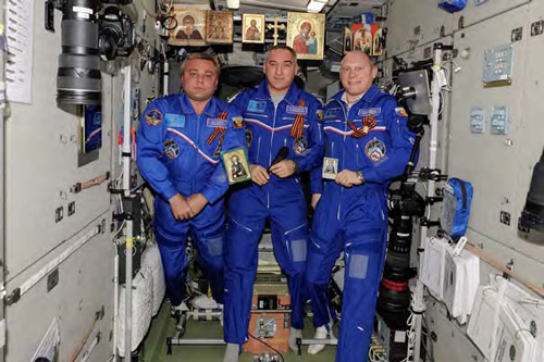A Greeting from Cosmos from the Russian Astronauts photo by Oleg Artemiev - www.artemjew.ru/2014/07/18/sr700//