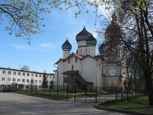 Fyodora Stratilata Church in Novgorod - its modesty is additionaly underlined by Soviet baracks in the background - photo by Grigory Gusev /  flickr.com/photos/gusevg/5709879198