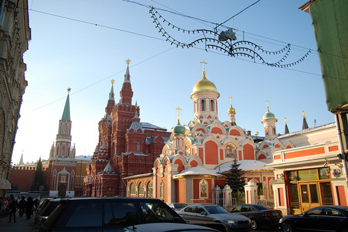 Kazan Cathedral in Moscow - View from the busy streets - photo by George M. Groutas/flickr.com/photos/jorge-11/8480201088