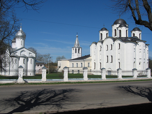 St. Nikolai Cathedral in Novogod (on the right) - photo by Grigory Gusev / flickr.com/photos/gusevg/5709876324