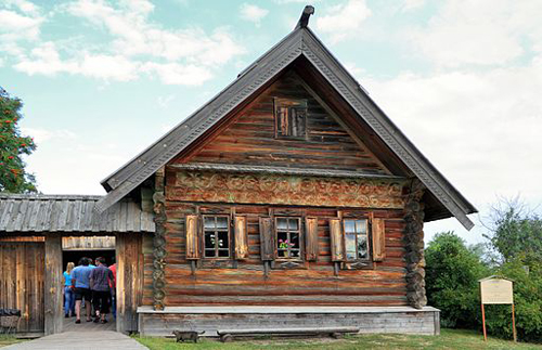 Museum of Wooden Architecture. House of peasant of average means - by Alexxx1979/Wikimedia Commons